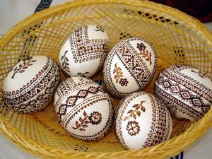 Розпис перепаленим воском по білій поверхні яйця