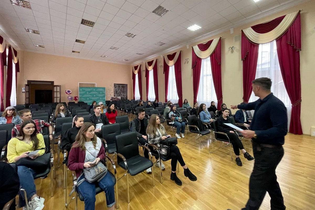 Засідання англомовного дискусійного клубу